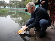 Đại sứ Mỹ thả cá chép, đi chợ mua hoa đào ngày ông Công ông Táo