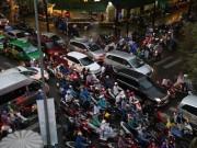 Tin tức trong ngày - Kẹt xe, người Sài Gòn vật vã dưới mưa giờ tan tầm