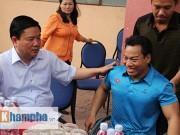 Thể thao - Bí thư Đinh La Thăng thưởng Tết lực sĩ Lê Văn Công