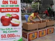 Thị trường - Tiêu dùng - Trái cây ngoại tràn xuống vỉa hè bán Tết