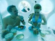 Phi thường - kỳ quặc - Độc đáo nhà hàng dùng thợ lặn phục vụ thực khách dưới nước