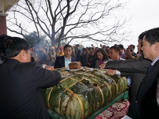 Dâng cặp bánh chưng nặng 7 tạ tri ân bà Hoàng Thị Loan