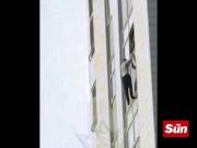 Phi thường - kỳ quặc - Nga: Cãi nhau với bạn gái, trượt chân ngã từ tầng 16