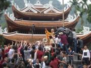 Tin tức trong ngày - Phạt sám hối, quỳ hương nhà sư tung lộc ở chùa Hương