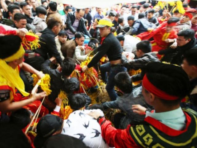 """Phó chủ tịch Sóc Sơn: """"Cướp lộc ở hội Gióng, tôi thấy bình thường"""""""