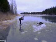 Thế giới - Thụy Điển: Dùng rìu đập nứt hồ băng, giải cứu nai mắc kẹt