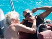"""Obama trông cực  """" ngầu """"  tranh tài lướt sóng với tỉ phú Anh"""