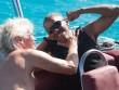 Cựu Tổng thống Mỹ Obama lướt ván diều đánh bại tỷ phú