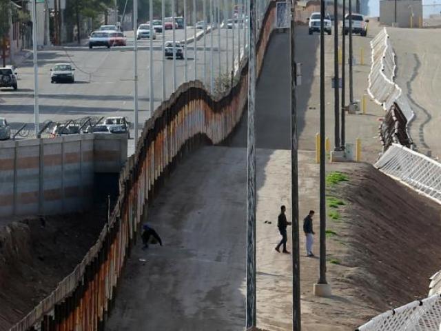 """Chi phí """"ngút trời"""" của bức tường biên giới Mỹ-Mexico"""