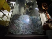 Tiền lẻ găm đầy di tích trong lễ hội đền Trần