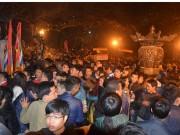 Chen lấn giật lộc, suýt xô đổ ban thờ trong đêm khai ấn đền Trần