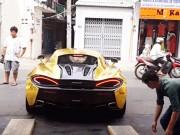 Xem McLaren 570S và Lamborghini Huracan khó nhọc vào nhà