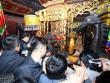 Dân ném tiền lẻ vào kiệu rước ấn đền Trần lấy may