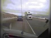 Thế giới - Mỹ: Gió thổi lật xe tải đè bẹp ôtô cảnh sát trên cao tốc