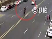 Phi thường - kỳ quặc - Cái kết đau đớn cho anh chàng cưỡi ngựa trên phố đầy ô tô