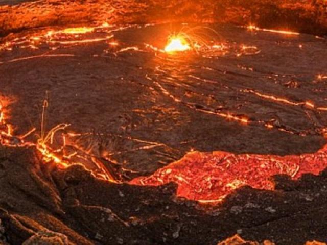 Video chưa từng có từ chiếc camera bị dung nham núi lửa nuốt chửng - 2