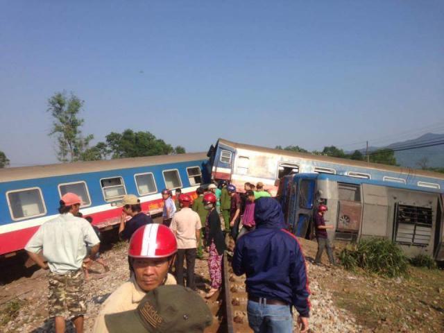 Tàu hỏa lật sau khi tông xe ben, 3 người tử vong