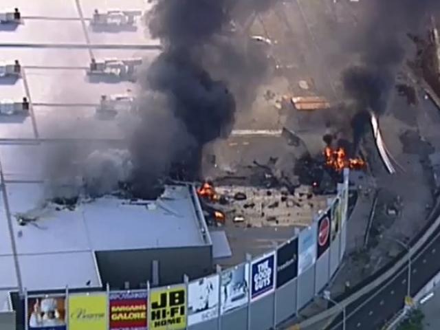 Úc: Máy bay rơi xuống trung tâm mua sắm, nổ kinh hoàng