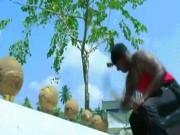 Phi thường - kỳ quặc - Chàng trai dùng tay không đập tan 124 trái dừa