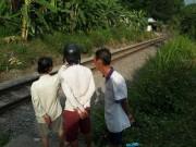 Tin tức trong ngày - Xe máy cùng 2 thanh niên biến dạng dưới bánh tàu hỏa