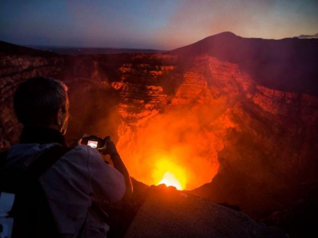 Hai người đàn ông rơi sâu 450m vào miệng núi lửa nóng đỏ