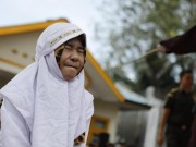 Đôi uyên ương Indonesia bị quất roi vì  ăn cơm trước kẻng