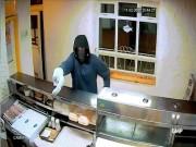 Phi thường - kỳ quặc - Cầm chuối bọc nylon lao vào cửa hàng đòi cướp tiền