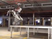 """Công nghệ thông tin - Video: Robot """"hươu cao cổ"""" trổ tài nhảy cao, xoay vòng"""