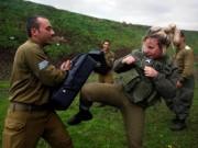 Nữ binh Israel tóc vàng đấu tay đôi với nam đồng nghiệp