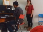 Clip: Cô bé hát tặng mẹ nhân ngày 8/3 lay động lòng người