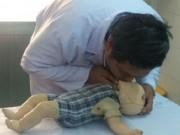 Tin tức trong ngày - Ngã vào xô nước, bé 17 tháng tuổi chết thương tâm