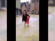 Video Clip Cười - Clip hài: Đang chơi ảo thuật thì bị mọi người lật tẩy