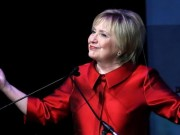 Bà Clinton xuất hiện với vẻ ngoài khác lạ sau thất cử