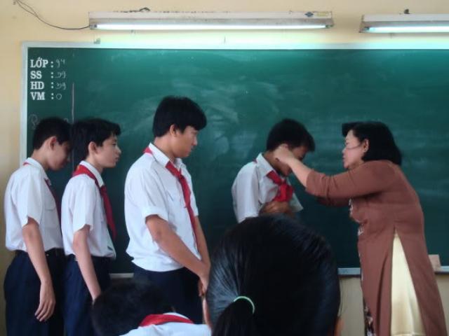 Một học sinh bị cô giáo phạt ngồi dưới sàn học bài vì quên khăn quàng đỏ - 2
