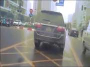 Tin tức trong ngày - Clip: Ô tô gắn biển xanh vi vu trên đường của xe buýt BRT