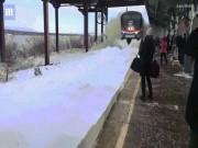 """Thế giới - Tàu hỏa Mỹ hất cả """"núi tuyết"""" vào mặt người dân"""