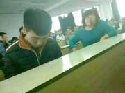 """Bạn trẻ - Cuộc sống - Cô giáo ngồi cạnh, nam sinh vẫn chơi game """"quên cả lối về"""""""