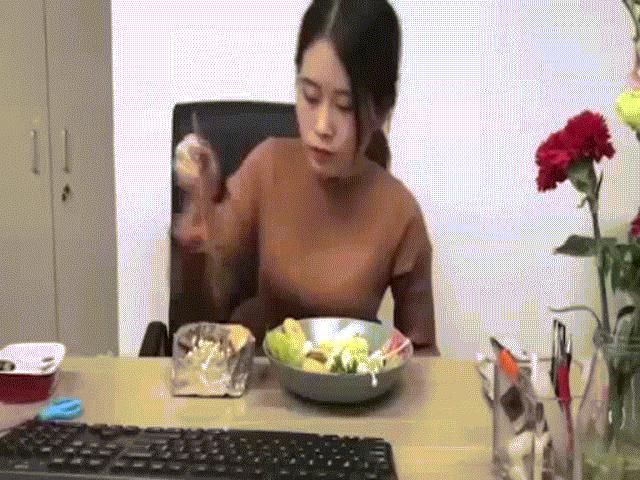 Thánh nữ công sở đón trung thu độc đáo cùng đồng nghiệp - 1