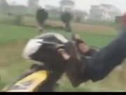 """Tin tức trong ngày - Clip: Thanh niên lái xe máy bằng chân, """"làm xiếc"""" trên QL1A"""