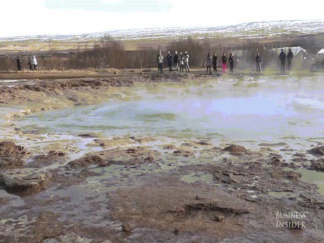 Ngoạn mục mạch nước nóng phun trào cao 30m