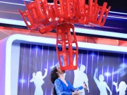 Trấn Thành thót tim vì màn dùng miệng nâng 20 chiếc ghế