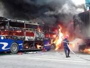 Tin tức trong ngày - Xe khách tông xe đầu kéo, 2 xe bốc cháy dữ dội