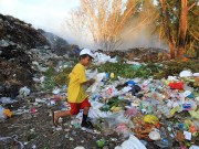 """Nhặt nhạnh từng miếng cơm trên  """" đảo rác """"  ở đảo ngọc Phú Quốc"""