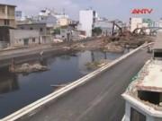 Video An ninh - Hàng loạt nhà nghiêng lún bên dòng kênh đen nhất SG