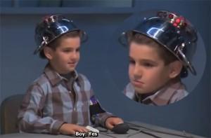 """Giới trẻ - Clip: Cậu bé """"khốn đốn"""" với chiếc máy kiểm tra nói dối"""