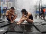 Bạn trẻ - Cuộc sống - Bức xúc với cặp đôi mặc bikini tắm trước đài phun nước
