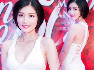 Váy - Đầm - Triệu Thị Hà khoe đường cong với váy ôm sát, xẻ bạo
