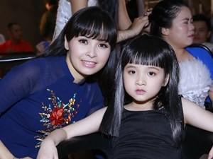 Phim - Trang Nhung tận tâm chăm sóc con gái trong hậu trường