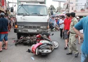Tin tức trong ngày - Dừng xem tai nạn, 5 người bị xe tải tông nhập viện