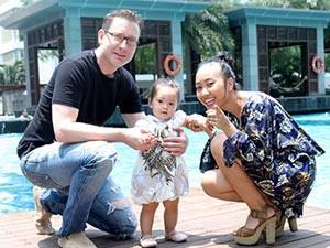 Ca nhạc - MTV - 1 tuổi, con gái Đoan Trang chập chững tập đi